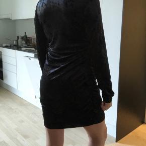 Sælger denne fine kjole i velour. Aldrig brugt, kun prøvet på. 🤩 Str er XL men kan sagtens passes af en M/L og XL alt efter hvor tæt man ønsker at den skal sidde. Indeholder meget stræk. Så den sidder super flot på alle kropstype!  Sælges til 55kr!!!! 💙  #30dayssellout  Køber betaler fragt eller afhentes i Aarhus C.