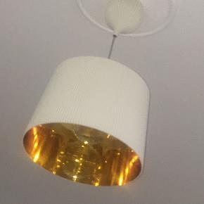 Ge' pendel hvid/guld fra kartell. Fejler intet og er i rigtig fin stand.  Der medfølger wire, ledning og ophæng til skærmen.   I er Velkommen til at byde :)  Nypris 2272,-   Kan hentes i Vanløse, sender den ikke
