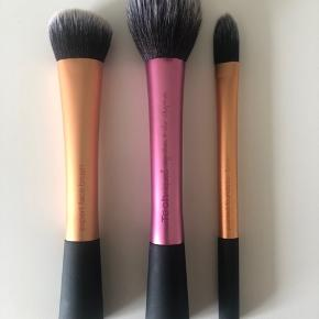 Real Techniques makeup børster. Får dem ikke brugt, og de er maks brugt en gang.  Kan sælges samlet eller enkeltvis  • Pointed foundation brush • blush brush • expert face brush  📦 Kan sendes mod betaling (sender med DAO eller Post Nord) 💰Betaling kontant eller med MobilePay