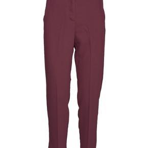 Lækreste bukser i den kendte Classic garbardine serie. Der er elastik bagerst. Lukkes med lynlås, hægte og knap. Lille slids ved ankel.  Farve: Winwtasting Brugt en enkelt gang.  Har også blazer til.   Jeg bytter ikke 😊