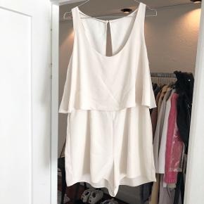 Zara buksedragt i hvid / beige   størrelse: L ( passer også en M)    pris: 100 kr    fragt: 37 kr