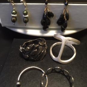 Sælger ud af gamle smykker: øreringe, halskæder og ringe. Alt i ægte sølv.  Sølvøreringe m. grønne perler, forgyldte sølvøreringe med klaser af sort onyx.  Ringe fra øverst tv (ca-str.):  Oxyderet sølvring med multi-blade: 51 (fra Dirks Design)  Frk. Lisberg ring i lyst mat sølv, str 52 (ubrugt)  Pernille Corydon, justerbar sølvring: str 51-52  P.Corydon sølvring: str 51-52 Byd løs.