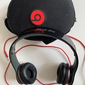 Beats by dr.dre  Har virkelig god lyd.  Sælges kun fordi jeg ikke har AUX på min telefon.