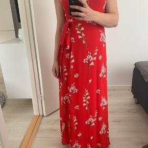 Flot wrap kjole Jeg har haft en på en enkel dag til bryllup. Nypris var 1400 kr.  Kan afhente i Aarhus C eller køber betaler porto.