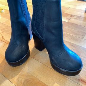 Sorte støvler fra H&M str. 37 brugt 1 gang i forbindelse med udendørs fotoshoot.  Skal lige have en klud, ellers som nye