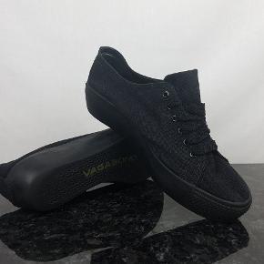 Detaljer:   Brand: Vagabond   Model: 3142-280-20 39 JL   Størrelse: 39   Materiale: Textile    Farve: Sort     Forsendelse:  For køb på 200 kr. og over er der gratis forsendelse.     Hvis du er på udkig efter sko, så skal du være mere end velkommen til at tage et kig på min lille skohylde og se om der er det fodtøj du står og mangler.