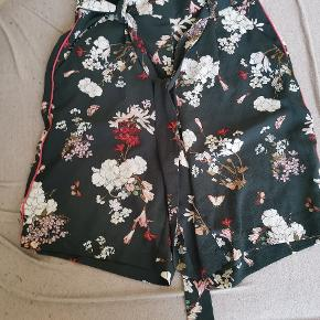 Shorts fra only I flaskegrøn. Med blomster på.