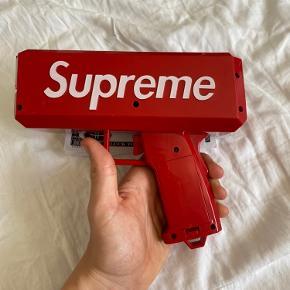 Suprême money gun  Sedlerne og moneygunnen følger med da kassen er gået i stykker