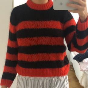 Virkelig flot ganni strik❤️🖤I rød og sort i det lækreste uld. Sælges da jeg har får meget tøj. Logoet er ved at ryge ud men ellers er trøjen som ny