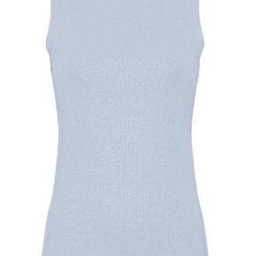 Skøn lyseblå basis-klassiker fra Gustav - ribbet ærmeløs t-shirt med delikat sølv-glimmeroverflade. Toppen sidder supergodt og er behagelig og blød at have op.  · Ribbet med let glimmeroverflade · Rund hals · Ingen ærmer · Rib langs hals og ærmekanter · 92% bomuld og 8% elastan