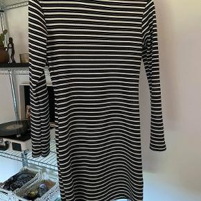 Sort- og hvid-stribet tætsiddende kjole med en lille krave. Aldrig brugt. Fitter XS eller Small.