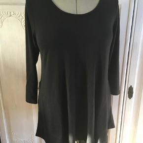 Varetype: Bluse Farve: Sort  Virkelig lækker sort MASAI bluse - Str S - med sidelommer og knapper bagpå. Viskoseblanding. Let skinnende overflade.  Sender gerne. ÆG/BM 48 cm x 2 - L 75 cm. Se også gerne mine andre annoncer.