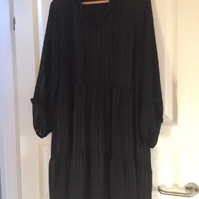 Smuk kjole i sort - brugt få gange. Ny pris 500,-