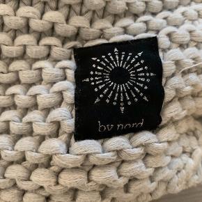 Lækker strikket plaid fra By Nord. Den er tung og lun på dem helt rigtige måde!  Str.: 130 x 180 cm.