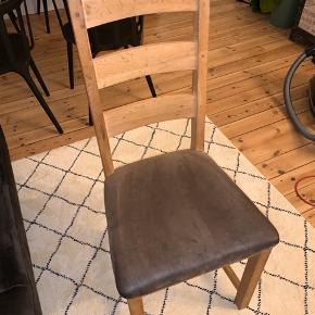 6 stk spisebordsstole. Kan også ombetrækkes, hvis dette ønskes 500 for alle 6