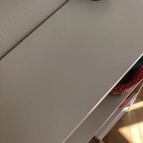Hvid Billy reol fra Ikea sælges.  Måler 80 cm i bredden, 28 cm i dybden og 106 cm i højden.  Brugt få måneder og fejler intet.   Skal afhentes  Bytter ikke  Se gerne mine andre annoncer 😊