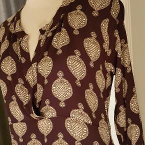 Auberginefarvet / dyb varm violet enkel kjole i viscose.  Perfekt stand Størrelsessvarende