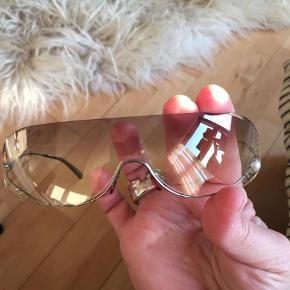 Varetype: Solbriller Størrelse: Alm Farve: Brun  Lækre feminine solbriller fra Chanel 700,-