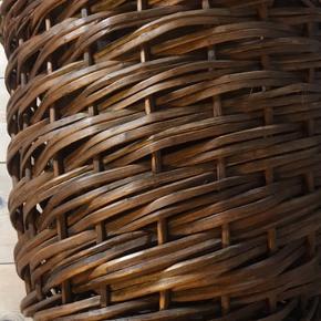 Flot ny vasketøjskurv i stabil kraftig  flet. Mål: 51x45cm Pose i bomulds kan tages af.