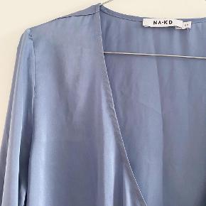 NA-KD top med bindebånd i siden i en dejlig blå farve   Størrelse: 40   Pris: 100 kr   Fragt: 39 kr ( 37 kr ved TS handel )