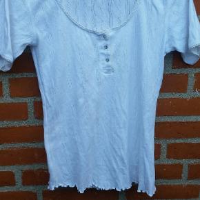 """Hvid Chacha T-shirt str. S. bemærk vaskeanvisningen er afklippet.  🌞 Ved køb af flere ting. Skriv til mig inden du vælger """"køb nu"""". Så samler jeg det sammen i en pakke og en porto 🌞"""