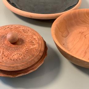 Skåle 🤎  Fin samling  Grøn keramik - SOLGT Skål med låg 175kr Skål  i træ 75kr   Sender gerne - saml gerne til bunke 💌