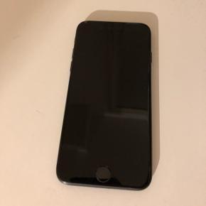 Jeg sælger min IPhone 7 (32 GB) i matte sort da jeg har købt ny mobil. IPhone 7 er købt d. 24. oktober 2016 og fungerer så god som ny. Der har været ét panserglas på i de to år jeg har haft den, så skærmen er så god som ny. Der er små slidskader på siden af telefonen, som kan ses på billederne. Der følger original æske med samt ny oplader. Jeg har også stadig den originale kvittering.