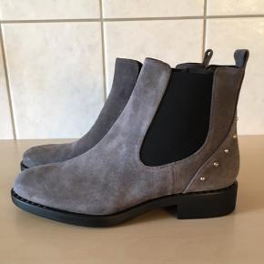 Virkelig flot kort støvle fra Apair, nitter bagpå og på såle.  Købspris 1999,-