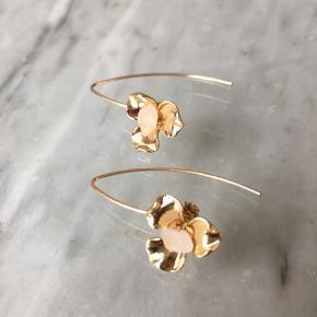 Fineste øreringe med klar krystal 💓 Materialet er 14k forgyldt messing.   Sender gerne 💌