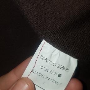 Rød jakke 80% uld. (Syningen på den ene lomme skal sys - foto nr. 3).  Størrelse : en lille M
