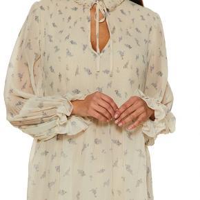 Ganni PLEATED GEORGETTE kjole