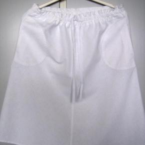 Varetype: Nederdel med bindebånd & lommer Farve: Hvid  Taljevidden 98 cm. længden 57 cm. 100 % Cotten  Brugt 2 gange.  Er som Ny  Bytter ikke PT. Da mit skab bugner  Mvh. Inger Marie