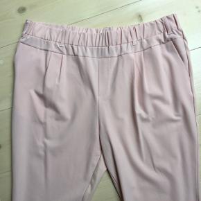 De skønne Jilian bukser men habit stof på forsiden og Jersey på bagside. Elastik i taljen og super pasform.