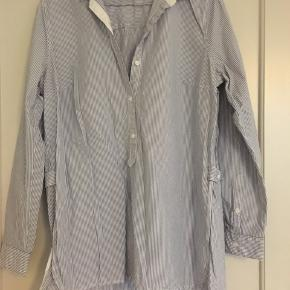 Superfin skjorte m detaljer. Stribet blå/hvid og m hvide kanter. Fejler absolut intet.