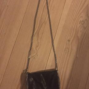 Sælger denne flotte Stella McCartney crossbody taske, som er i super god stand da den er brugt meget få gange. nypris er 4500 byd😀