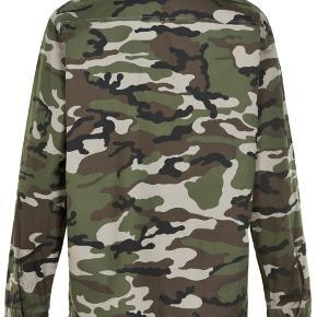 Camouflage skjorte fra Soaked in Luxury. Designet i 100% bomuld med et boxy fit, lange ærmer, to brystlommer og matchende sorte knapper.  Nyprisen var 599,- Brugt en enkelt gang, stadig ikke vasket, kun luftet.