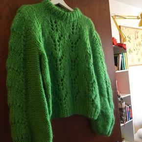 Sweateren har været brugt 2 gange og fremstår som ny. Den er str Xl, men lille i str og svarer mere til en L🌸 Mp er 800kr☀️ se billede 2 og 3 for billeder med samme model af sweater på🌸   Mål: 52cm over brystet, 51 cm fra kraven til bunden og 45cm nederst ved ribkanten i bunden 🌸