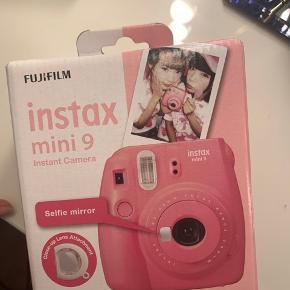 Hel ny instax mini 9 cam I pink, aldrig åbnet/brugt   Kan afhentes i Aalborg eller sendes imod betaling på 40kr