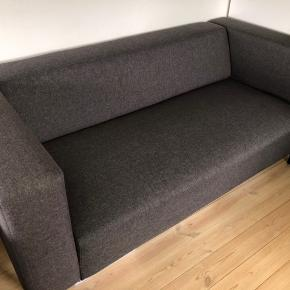 Ny pris: 1350,- Fra jysk. Ingen skrammer eller pletter, som ny. Købt for 1/5 år siden. Kaldes en 2,5 persons sofa. Bredde: 172 cm Højde: 71 cm  Skriv gerne hvis du har yderligere spørgsmål :-)