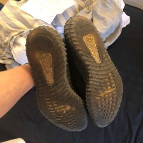Yeezy boost 350 Green. Cond 6/10, bund er slidt men har stadig liv. Øverste del er i super stand. Dette er en sko det stiger i værdi for tiden pga meget få tilbage i verden. Har boks og kvit.