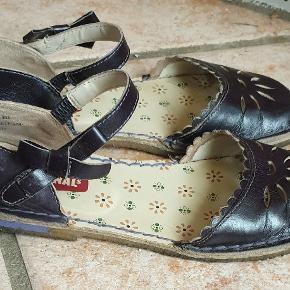 """Fede sandaler fra Clarks - model """"cake crumble"""" str. 35,5 sælges, da jeg ikke bruger dem 😊  De har været brugt, så der er brugsspor, men ikke noget, der kan ses tydeligt 🙂 se billeder og vurder selv.   Nypris 799,- Sælges for 250,- eller kom med et bud 😁  BEMÆRK!!! Leverer/sender ikke - skal afhentes i Odense C"""