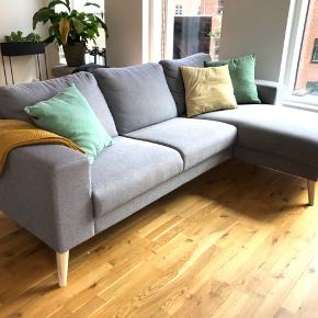 Grå sofa. 3 personers. Har haft den i 6 måneder og er blevet passes rigtig godt på. Er derfor i super stand. Kan hentes i Brønshøj inden d. 31/7. Realistiske bud modtages :)   Sofaen måler 86 cm i højden, 85 cm i dybden, 235 cm længde og 147 længde 2.