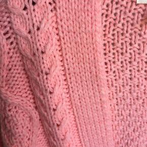Lyserød/rosa kabelstrikket åben cardigan. Tyk strik. 85% akryl, 15% uld Nypris 299kr