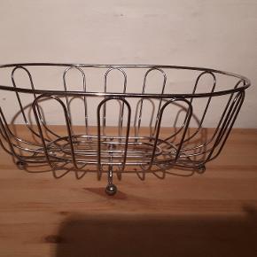 Metal kurv. 30x21 cm og 12 cm høj.  Kan bruges til frugter, brød eller hvad man nu vil 😉 Porto 37 kr