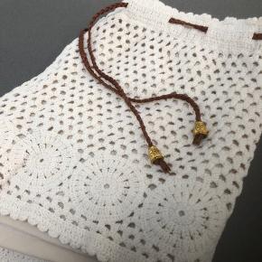 Smarte sommer shorts i størrelse M/L med elastik i talje og en lille læder snører. Cremefarvet og med ekstra lag i så er ikke gennemsigtig. Fra ikke ryger hjem,