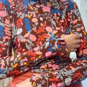 Stine Goya bluse med smukke ærmer og mønster🌾 passer xs-s (brugt få gange)