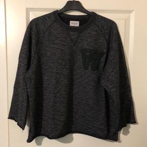 Fed sweater fra Wood Wood med logo på brystet  80% cotton, 20% polyester  Brugt, men fejler intet :)  Nypris 1000kr Se også mine andre annoncer 😊