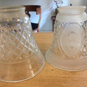 To fine små glasskærme, lampeskærme i facetteret glas med ciseleringer. Samme størrelse men lidt forskellige dekoration. Højde 13cm, Ydre diameter foroven 5,5cm, forneden 12cm. Samlet 100kr - stykpris 75kr Kan hentes Kbh V eller sendes godt indpakket men på købers eget ansvar for 38kr DAO