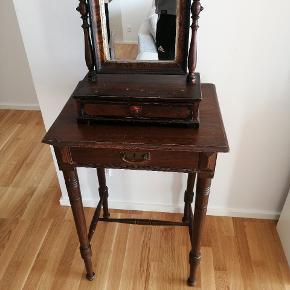 Dette  antik sminkebords møble sælges,  Træ: fyrtræ  Farve: brun   Sælges samlet.