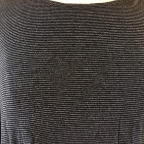 Skøn t-shirt kjole i blødt Jersey.  Stiklommer i siderne.  Brugt få gange og derfor næsten som ny.  På billederne er den på en gine i str. medium.
